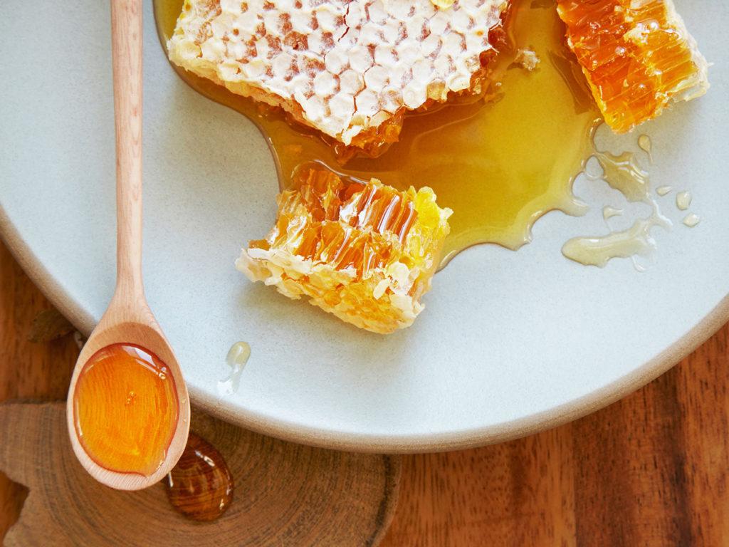 Можно ли есть мед, будучи на диете, полезнее ли он сахара и не отразится ли его его употребление на похудении?