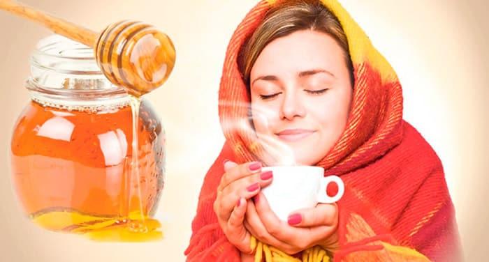 девушка в платке пьет чай с медом