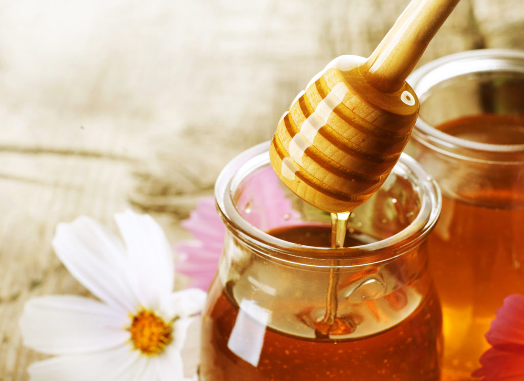 Маски с медом для лица в домашних условиях: польза, противопоказания и лучшие рецепты